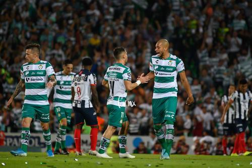 festejo de gol de Lozano