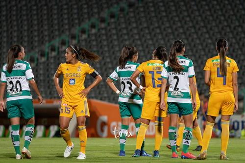 tiro de esquina previo al gol de Peraza 10, Karla Martínez,